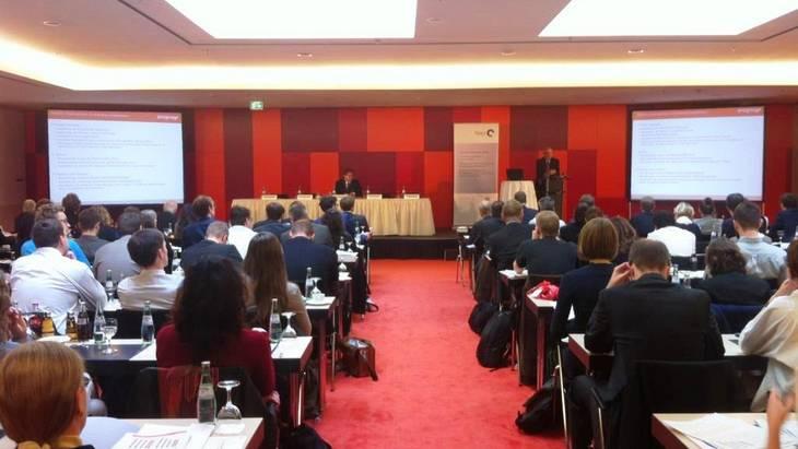 Auf dem Podium (v.l.n.r.): Dr. Patrick Graichen, Dr. Michael Schlesinger (Foto: Nikola Bock)