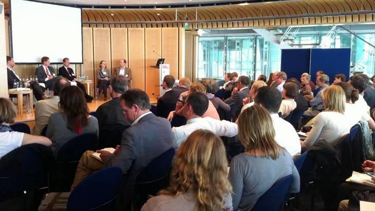 Die Podiumsteilnehmer und das Auditorium führten eine lebhafte Diskussion über die Möglichkeiten für flexible Nachfragesteuerung (Foto: Berliner Energietage/Rolf Schulten)