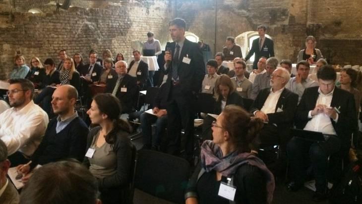 Das Publikum beteiligte sich rege an der abschließenden Podiumsdiskussion (Foto: Mathias Paul)
