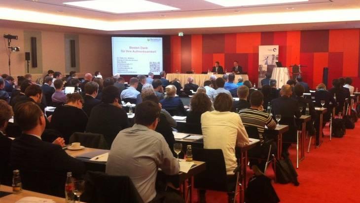 Auf dem Podium (v.l.n.r.): Dr. Patrick Graichen, Dr. Felix Chr. Matthes (Foto: Nikola Bock)