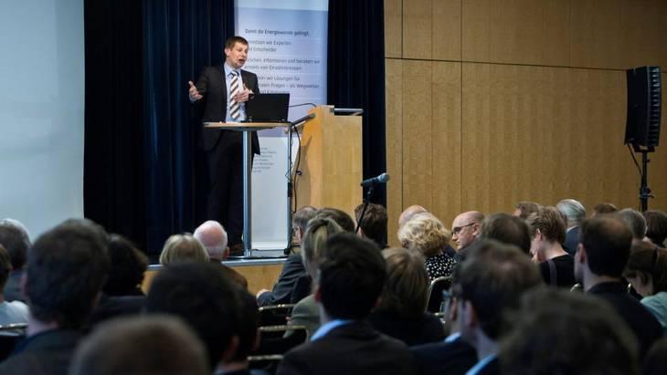 Dr. Christoph Maurer erläutert den Teilnehmern die Studienergebnisse zum kostenoptimalen Ausbau der Erneuerbaren Energien (Foto: Rolf Schulten)