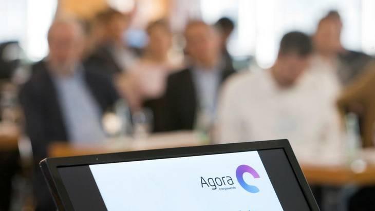 Nach den Vorträgen hatten die Teilnehmer Gelgenheit, in kleiner Runde mit den Referenten ins Gespräch zu kommen (Foto: Rolf Schulten)