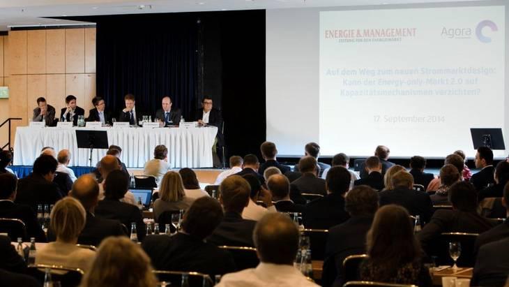 Mehr als 250 Teilnehmer verfolgen die Vorträge der Podiumsteilnehmer (Foto: Rolf Schulten)