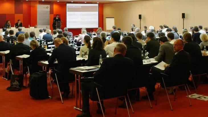 Auf dem Podium (v.l.n.r.): Dr. Martin Pehnt, Dr. Patrick Graichen, Ben Schlemmermeier (Foto: Nikola Bock)