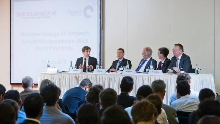 Gespannt verfolgen knapp 200 Teilnehmer die Podiumsdiskussion zu möglichen Kapazitätsmarkt-Modellen am 10. Juni 2013 (Foto: Rolf Schulten)